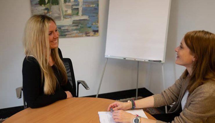 Wie verläuft der Bewerbungsprozess bei EUROIMMUN? Worauf legen wir bei einer Bewerbung wert und wer passt zu uns? Denise, Teamleiterin im Personal- und Bewerbermanagement, beantwortet diese und viele weitere Fragen.